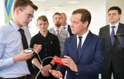 Медведев считает необходимым увеличить финансирование льготной ипотеки для ученых, в два раза увеличить размер премий правительства молодым ученым, сделать госрегулирование прав на научные разработки более гибким